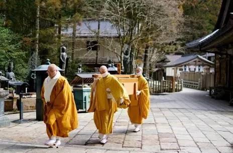 摄于高野山奥之院:为弘法大师送饭的僧众.jpg